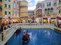 Paisagem bonita da gôndola no San Luca Canal dentro do Macau Venetian fotos de stock royalty free