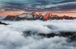Paisagem bonita da mola nas montanhas. Por do sol - Italia foto de stock