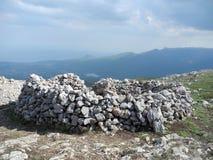 Paisagem bonita da montanha com círculo de pedra dobrado Cordilheiras em um embaçamento azul Montanhas crimeanas imagens de stock royalty free