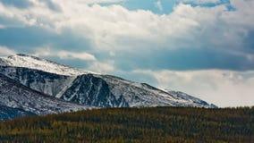 Paisagem bonita da montanha com nuvens filme