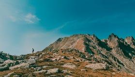 Paisagem bonita da montanha com o viajante que encontra um trajeto no parque nacional Romênia de Retezat Imagens de Stock Royalty Free