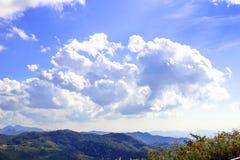 Paisagem bonita da montanha, com os picos de montanha cobertos com a floresta e um céu nebuloso Foto de Stock
