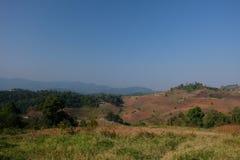 Paisagem bonita da montanha, com os picos de montanha cobertos com o f Imagens de Stock