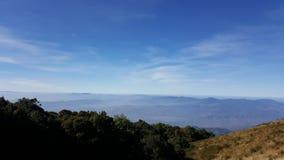Paisagem bonita da montanha, com os picos de montanha cobertos com o f Imagem de Stock Royalty Free