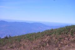 Paisagem bonita da montanha, com os picos de montanha cobertos com o f Fotos de Stock
