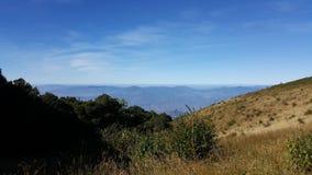 Paisagem bonita da montanha, com os picos de montanha cobertos com o f Imagens de Stock Royalty Free