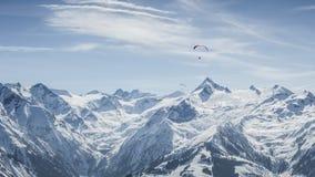 Paisagem bonita da montanha com paragliders Fotos de Stock Royalty Free
