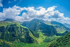 Paisagem bonita da montanha do verão Montanhas verdes altas no dia ensolarado Georgia Gudauri imagens de stock royalty free