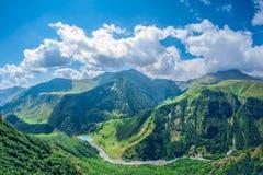 Paisagem bonita da montanha do verão Montanhas verdes altas no dia ensolarado Georgia Gudauri fotografia de stock