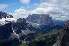 Paisagem bonita da montanha nas dolomites/grupo do sella e no grupo do sassolungo no vale do gardena imagens de stock royalty free