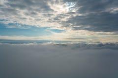 Paisagem bonita da natureza do sol de aumentação no amanhecer sobre montanhas do céu alaranjado impetuoso do nascer do sol da név fotografia de stock