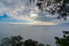 Paisagem bonita da natureza do sol de aumentação no amanhecer sobre o mar do céu alaranjado impetuoso do nascer do sol da névoa c imagem de stock