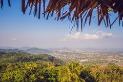 Paisagem bonita da opinião de ângulo alto da baía do Ao Chalong e do lado de mar da cidade na província de Phuket, Tailândia imagem de stock
