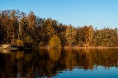 Paisagem bonita de Autumn Lake Reflection fotografia de stock royalty free