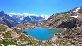 Paisagem bonita de cumes franceses Lago Blanc turquoise, na laca francesa Blanc no dia de verão com montagem Blanc no fundo video estoque
