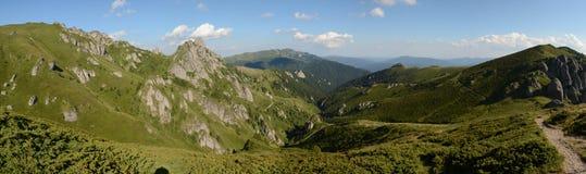 Paisagem bonita de montanhas Carpathian em Romênia, opinião do panorama Foto de Stock