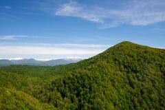 Paisagem bonita de montanhas selvagens e do céu azul Imagens de Stock Royalty Free