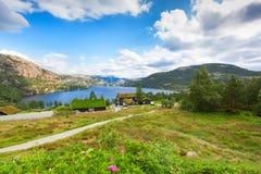 A paisagem bonita de Noruega dirige com telhados verdes e, terreno montanhoso e reservatórios fotografia de stock royalty free