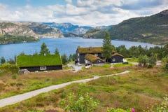 A paisagem bonita de Noruega dirige com telhados verdes e, terreno montanhoso e reservatórios foto de stock royalty free
