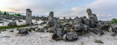 Paisagem bonita de pedras abstratas em um monte no por do sol Fotografia de Stock