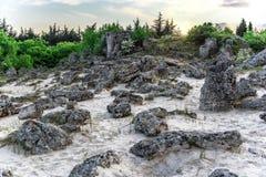 Paisagem bonita de pedras abstratas em um monte no por do sol Fotografia de Stock Royalty Free