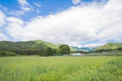 Paisagem bonita de Takayama mura no dia ensolarado do verão ou de mola e céu azul no distrito de Kamitakai em Nagano do nordeste Foto de Stock Royalty Free