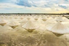 Paisagem bonita de um verão com uma exploração agrícola de sal em Tailândia fotos de stock royalty free