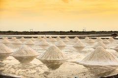 Paisagem bonita de um verão com uma exploração agrícola de sal em Tailândia imagem de stock