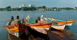 Paisagem bonita do arasalaru do rio com os barcos dos pescadores perto da praia karaikal fotos de stock royalty free