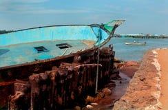 Paisagem bonita do arasalaru do rio com os barcos velhos e novos perto da praia karaikal fotos de stock