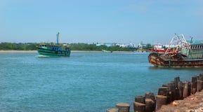 Paisagem bonita do arasalaru do rio com os barcos velhos e novos perto da praia karaikal imagens de stock
