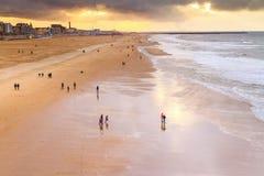 Paisagem bonita do beira-mar - vista da praia perto da terraplenagem de Haia fotos de stock royalty free