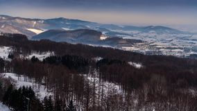 Paisagem bonita do inverno com neve da montanha fotos de stock royalty free