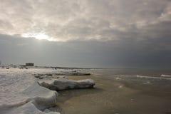 Paisagem bonita do inverno com quebra-mar nevado e gelo, mar Báltico Foto de Stock Royalty Free