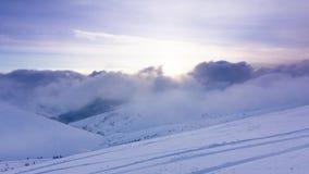 Paisagem bonita do inverno com ?rvores cobertos de neve Montanhas do inverno filme