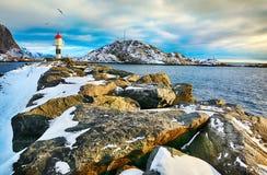 Paisagem bonita do inverno do farol pitoresco de ilhas de Lofoten Foto de Stock