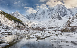Paisagem bonita do inverno, montanhas Rússia de Altai fotos de stock royalty free