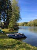 Paisagem bonita do lago Os barcos estacionaram ao lado do cais de madeira no lago do país fotos de stock royalty free