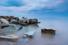 Paisagem bonita do mar Báltico com quebra-mar de pedra Paisagem longa tranquilo da exposição Fotografia de Stock Royalty Free
