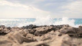 Paisagem bonita do mar da ilha de Chipre com uma costa rochosa vídeos de arquivo