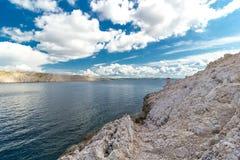 Paisagem bonita do mar da ilha do Pag fotografia de stock royalty free