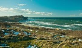 Paisagem bonita do mar do inverno em um dia ensolarado Foto de Stock Royalty Free