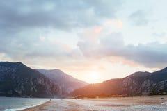 Paisagem bonita do mar e das montanhas no por do sol Foto de Stock