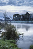 Paisagem bonita do nascer do sol de ruínas do convento no locat do campo Fotos de Stock