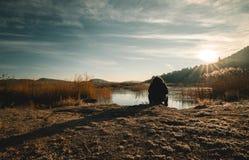 Paisagem bonita do nascer do sol sobre o lago congelado fotografia de stock