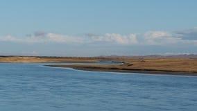 Paisagem bonita do original do Rio Amarelo com água azul calma no outono, com fundo do céu nebuloso, video estoque