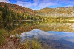 Paisagem bonita do outono e lago claro, lago St Ana, Romênia Foto de Stock