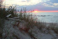 Paisagem bonita do por do sol nas dunas de areia da costa de mar Báltico Foto de Stock Royalty Free