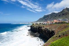 Paisagem bonita do Tenerife norte Vista das vilas de Bajamar e de Punta Del Hidalgo Tenerife, Ilhas Canárias, Spain imagens de stock