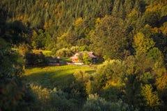 Paisagem bonita do verão com a casa confortável da vila agradável Fotos de Stock